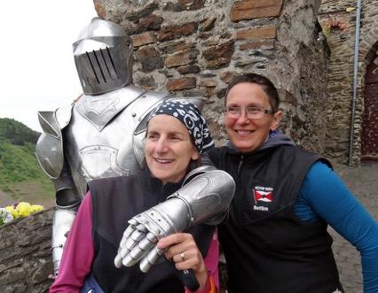 Andrea und Bettina mit einem Burgwächter