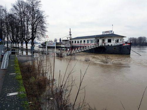 Bootshaus bei Hochwasser 2018 vom Ufer aus betrachtet